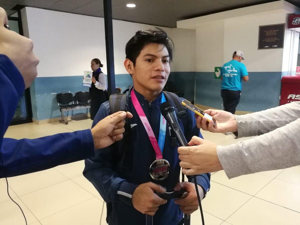 Con una sonrisa Jorge Vega atendió a los medios que lo recibieron en el Aereopuerto Internacional La Aurora. (Foto Prensa Libre: Francisco Sánchez)