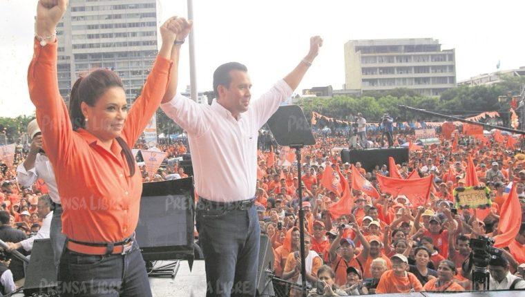 Roxana Baldetti y Alejandro Sinibaldi durante la proclamación del exministro como precandidato presidencial del Partido Patriota, en septiembre de 2014. (Foto Prensa Libre: Hemeroteca PL)