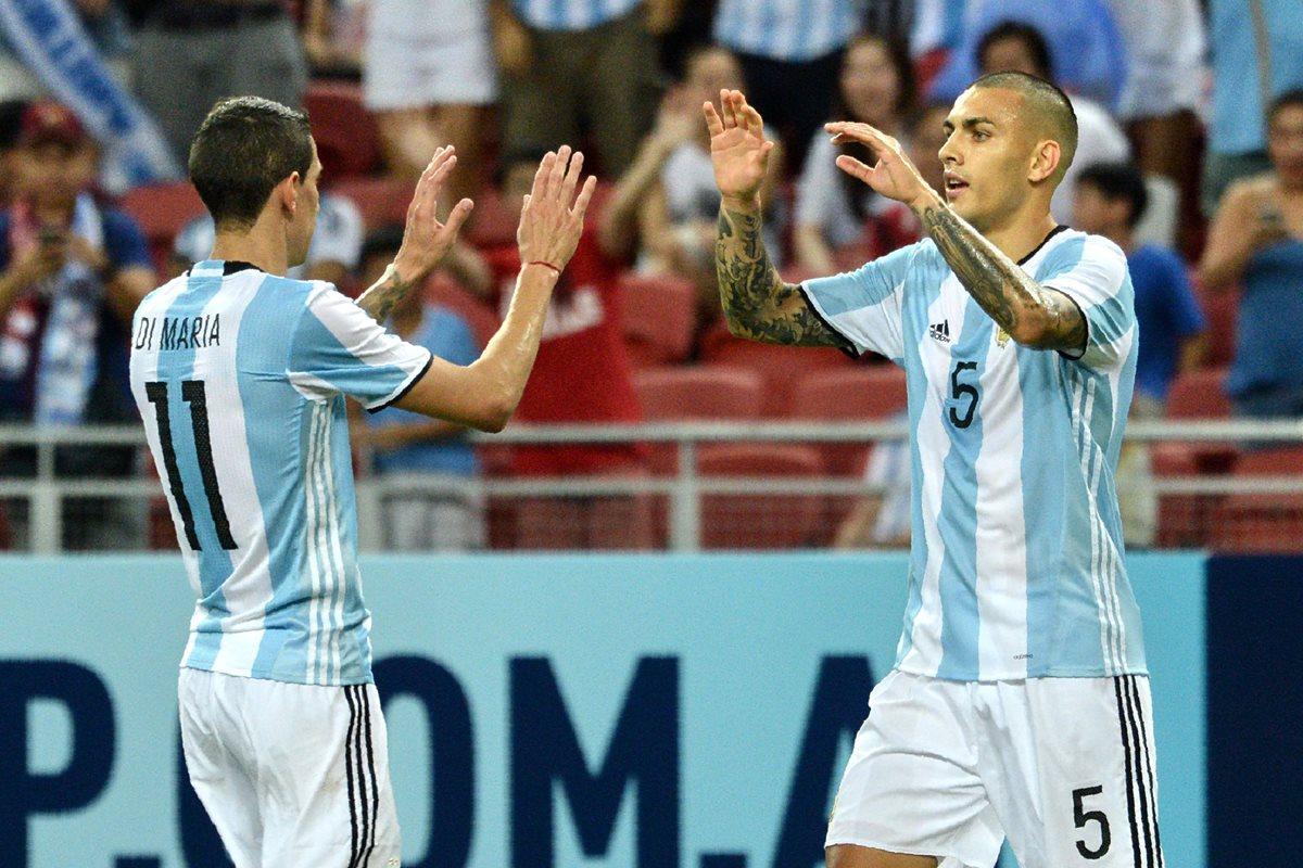 Ángel Di María y Leandro Paredes festejan con la Albiceleste. (Foto Prensa Libre: AFP)