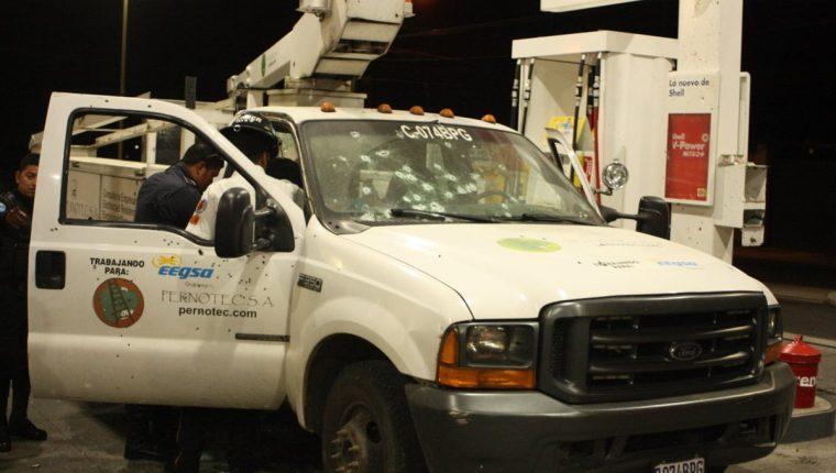 Uno de los hombres que se conducía en el camión murió en el lugar del ataque. (Foto Prensa Libre: Érick Ávila)
