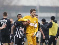 El brasileño Everton Luiz es abrazado por el portero Filip Kljajic luego de sufrir actos de racismo de parte de aficionados locales. (Foto Prensa Libre: AP)