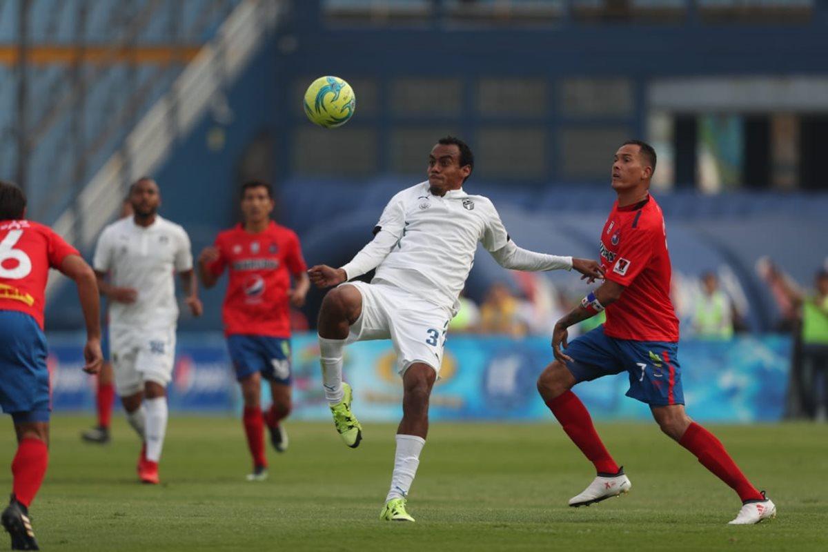 Los albos dominaron el primer tiempo del partido. (Foto Prensa Libre: Francisco Sánchez)