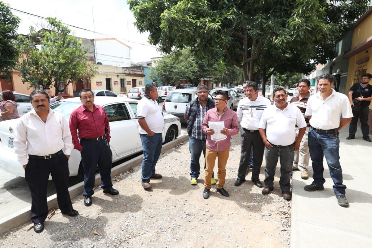 Los taxistas realizaron los preparativos para una caravana en contra de Uber. (Foto Prensa Libre: Esvin García)