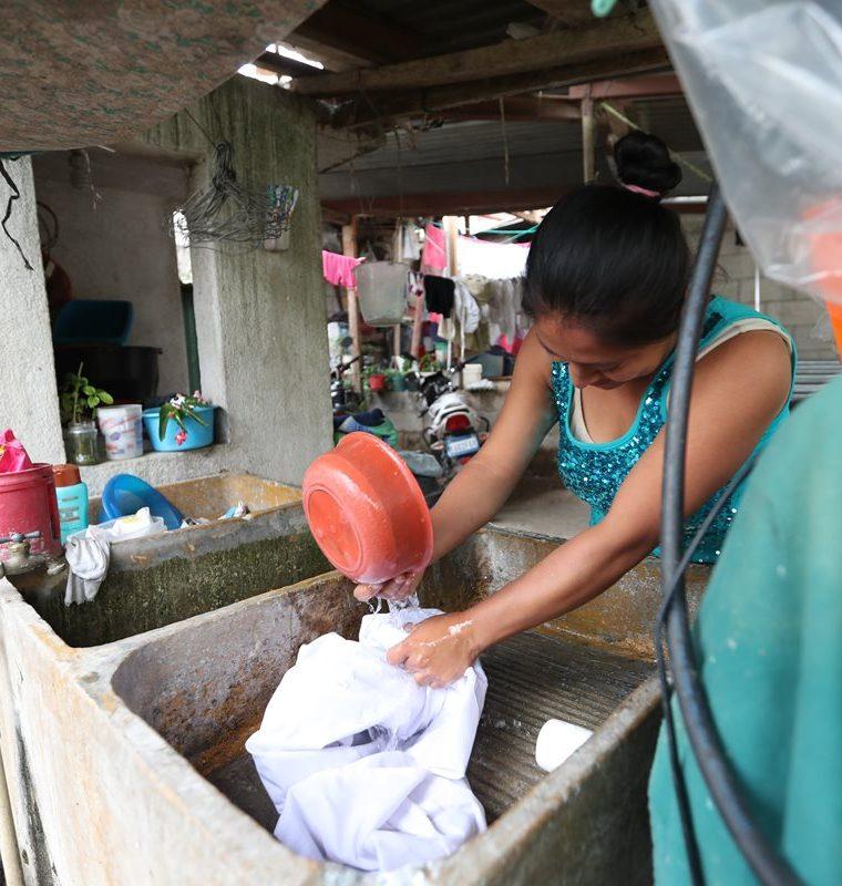 Sandra Gómez, vecina del sector El Calvario, zona 8 de Villa Nueva, lava ropa con poca agua. (Foto Prensa Libre: Óscar Felipe Q.)