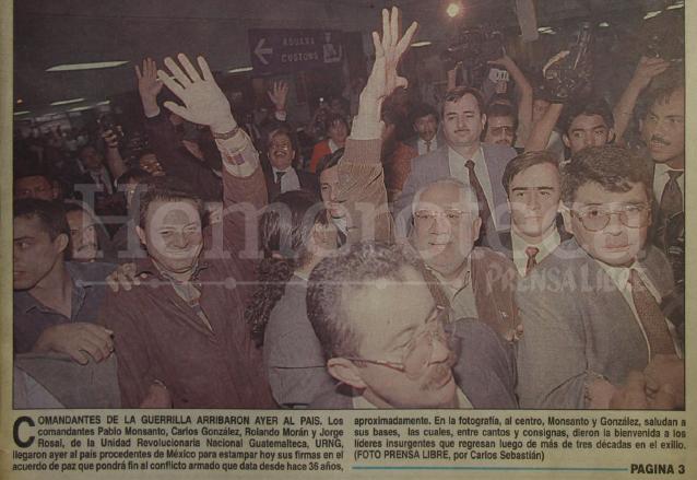 Los líderes de la guerrilla llegan al Palacio Nacional para la firma del Acuerdo de paz firme y duradero, el 29 de diciembre de 1996. (Foto: Hemeroteca PL)