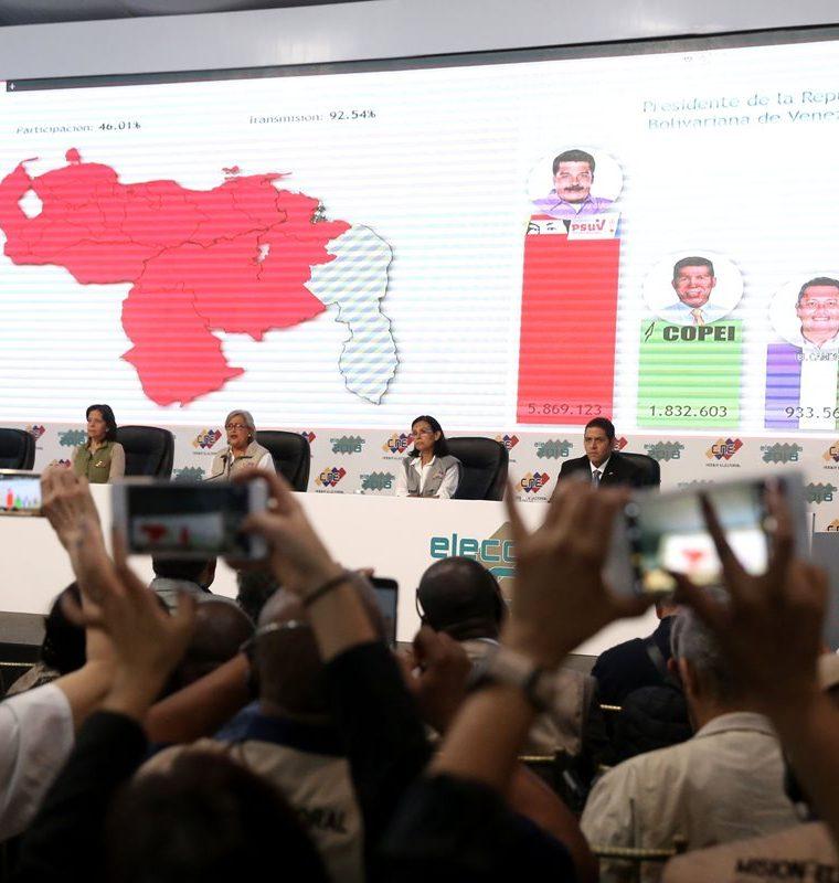 La presidenta del Consejo Nacional Electoral Tibisay Lucena (c) junto a Sanda Oblitas (c-i) y Socorro Hernández (c-d) mientras anuncian los resultados de las elecciones. (EFE).