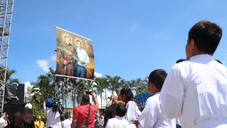 Momento de la develación de la imagen de los beatos Fray Tulio Maruzzo y el laico Luis Obdulio Arroyo. (Foto Prensa Libre: Dony Stewart)
