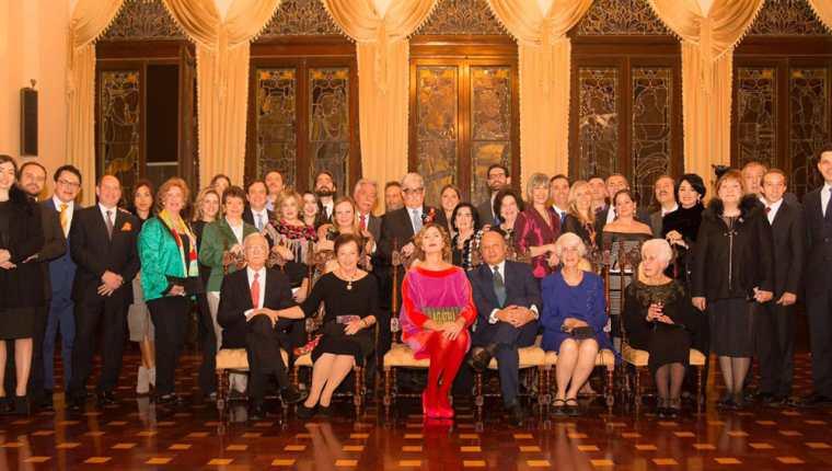 La diseñadora española Agatha Ruiz de la Prada junto a la familia Urruela en el Salón de Banquetes del Palacio Nacional de la Cultura. (Foto Prensa Libre: www.agatharuizdelaprada.com)