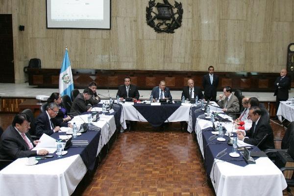 Los comisionados permanecen en sesión extraordinaria para evaluar la objeción interpuesta por el aspirante Marco Antonio Cortez Sis.