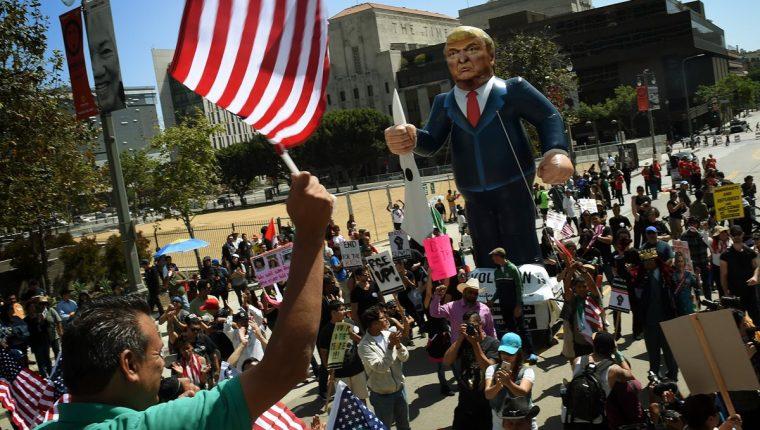 Un grupo de hispanos protesta contra las eventuales deportaciones que promete Donald Trump. (Foto Prensa Libre: AFP).