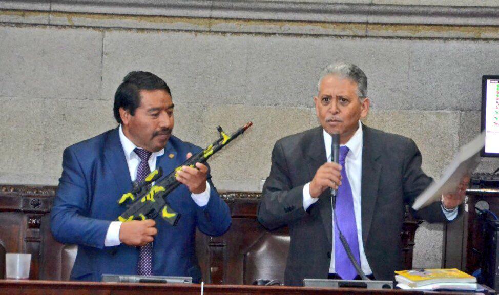 Diputados exponen arma de juguete en discusión del presupuesto