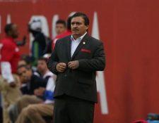 Óscar Ramírez, técnico de Costa Rica, observa el encuentro que perdió 4-0 contra Estados Unidos. (Foto Prensa Libre: EFE).