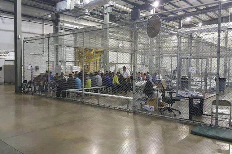 Niños migrantes separados de sus padres se encuentran detenidos en un alberge en Texas, Estados Unidos.(Foto Prensa Libre:HemerotecaPL)
