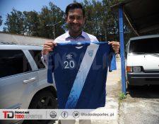 Carlos Ruiz muestra la camisola autografiada que se le envío a Mister Chip. (Foto Prensa Libre: Óscar Felipe)