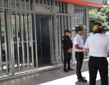 Socorristas y policías en las afueras de la estación de servicio donde ocurrió el crimen contra un supervisor, que fue ultimado dentro de las instalaciones. (Foto Prensa Libre: Érick Ávila)