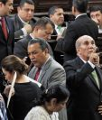 Mientras Manuel Conde explica a diputados del MR la iniciativa, Mario Taracena se cerciora de tener 105 votos. (Foto Prensa Libre: Esbin García)