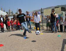 El cantante boricua compartió con niños sirios refugiados en el Líbano e hizo un llamado al mundo para ayudarlos. (Fotos Prensa Libre, AP)