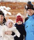 El príncipe Guillermo (der.) junto a su esposa Catalina y sus dos pequeños hijos disfrutan de los Alpes franceses.(Foto Prensa Libre: EFE).