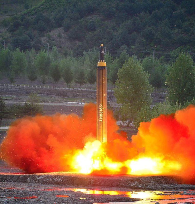 Lanzamiento del cohete balístico norcoreano estratégico de largo alcance medio de largo alcance Hwasong-12 en una ubicación no revelada. (AFP).