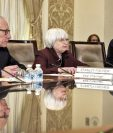 Janet Yellen, presidenta de la Reserva Federal (centro), anuncia el alza en la tasa de interés.