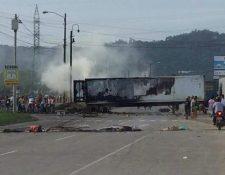 Los contenedores llevaban fruta para exportación hacia Puerto Cortés y fueron saqueados por manifestantes. (Foto Prensa Libre: Cortesía)