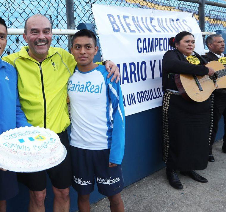 Pacay y Julajuj degustaron pastel, durante el reconocimiento que les hicieron en el Doroteo. (Foto Prensa Libre: Francisco Sánchez).