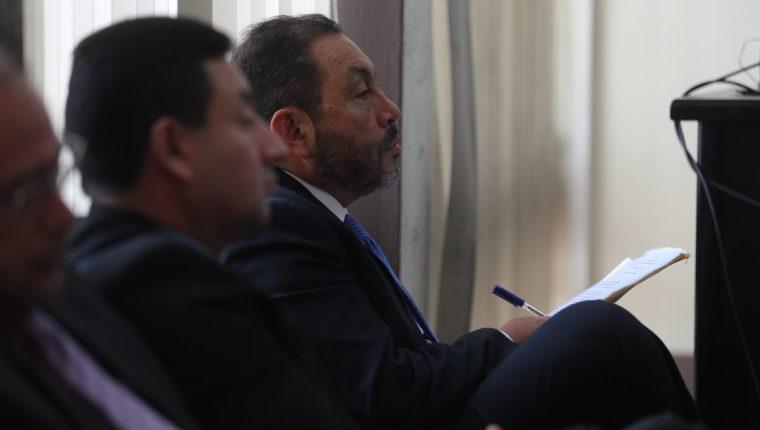 Mauricio López Bonilla (corbata azul) exministro de gobernación, durante el debate del caso Patrullas -fase 1- en el Tribunal Séptimo de Sentencia. (Foto Prensa Libre: Óscar Rivas)