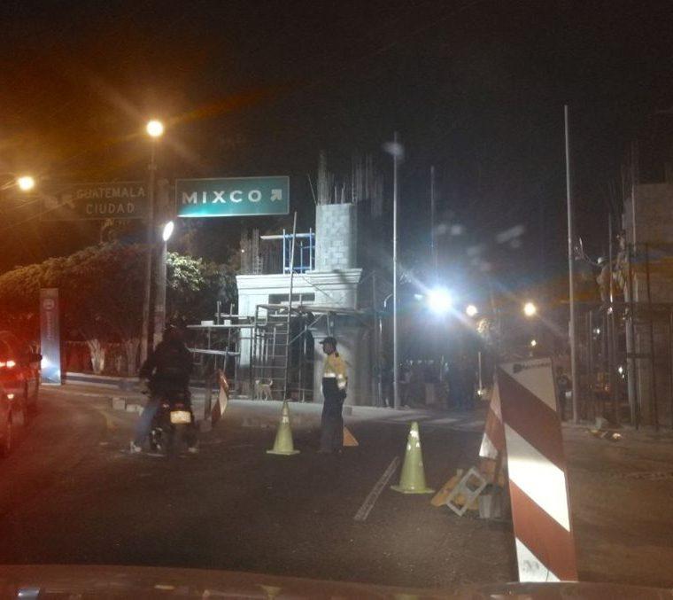 Por la construcción del arco ha sido necesario el cierre de la calle en altas horas de la noche. (Foto Prensa Libre: Óscar Felipe Q.)