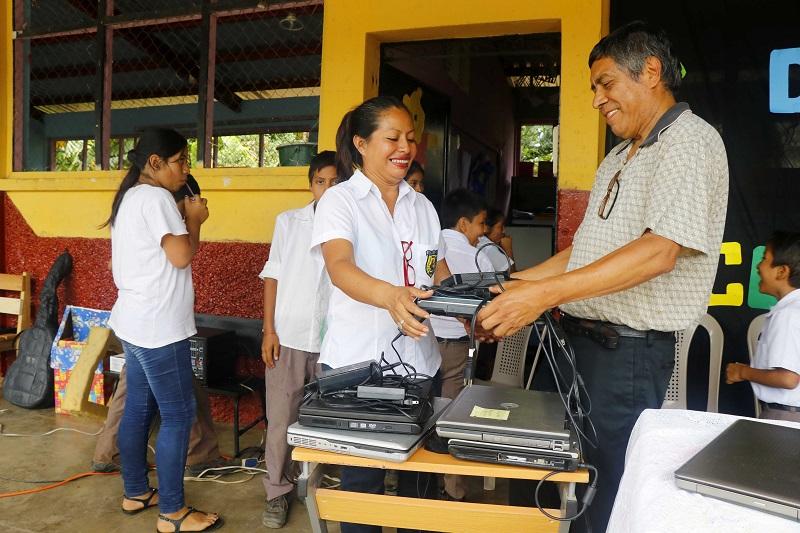 Organización quetzalteca dona computadoras a escuela de San Felipe