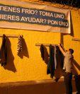 Vecino de Cobán, Alta Verapaz, coloca un suéter para que alguien que lo necesite lo tome para abrigarse en esta temporada de frío. (Foto Prensa Libre: Eduardo Sam).