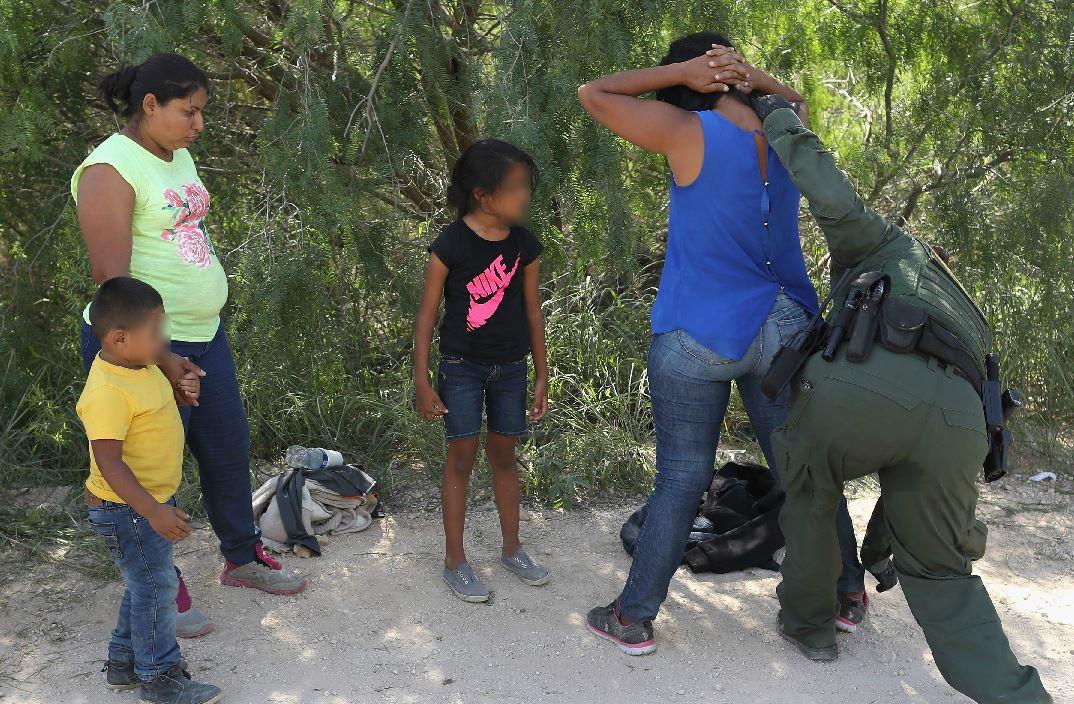 Dos madres con sus hijas llegan a la frontera de McAllen, Texas, y se entregan a las autoridades. (Foto Prensa Libre: AFP)