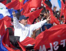 """Daniel Ortega hace muestras victoria durante la conmemoración del 39 Aniversario de la Revolución Sandinista en la plaza """"La Fe"""" en Managua. (Foto prensa Libre:AFP)"""