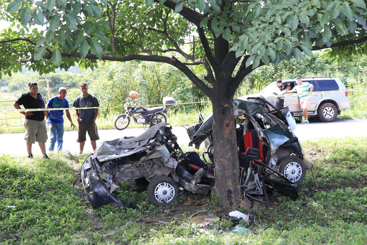 El vehículo destruido después de impactar contra un árbol, en el kilometro 74 de la autopista Puerto Quetzal, Escuintla. (Foto Prensa Libre:Enrique Paredes)