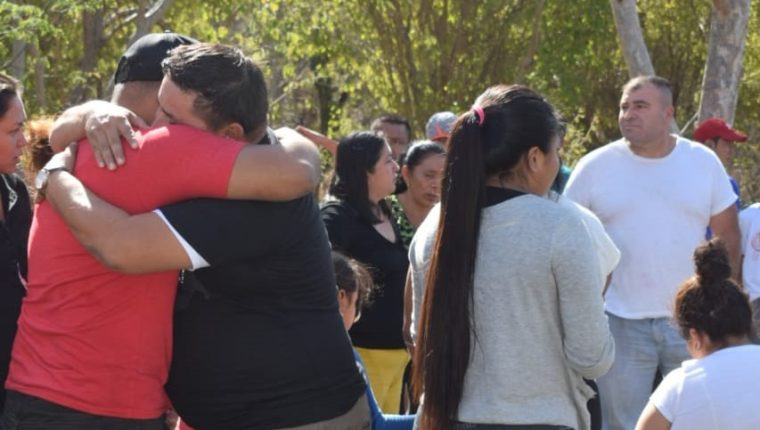 Familiares del pequeño no dan crédito de lo ocurrido. (Foto Prensa Libre: Mario Morales)