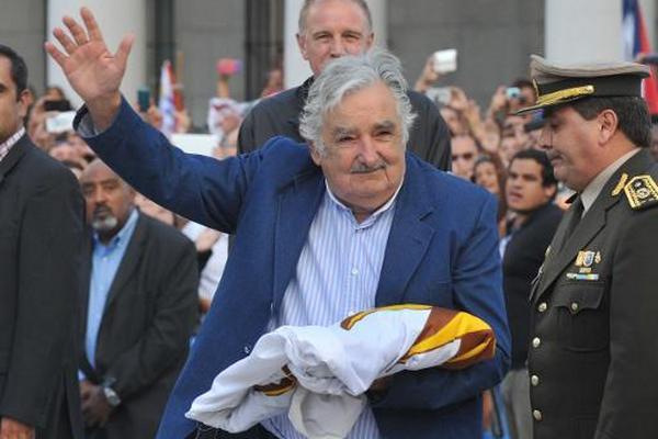 Presidente de Uruguay José Mujica saluda durante su ceremonia de despedida en Montevideo. (Foto Prensa Libre: AFP)