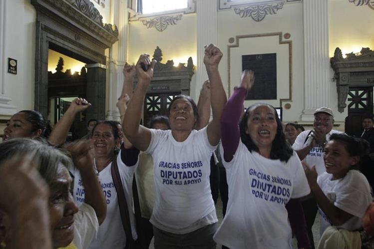 Vecinos de Sipacate celebran la creación del nuevo municipio en el Congreso de la República. (Foto HemerotecaPL)