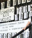Decenas de fotografías del periodista Cándido Ríos Vázquez, asesinado este martes en Hueyapan de Ocampo, son colocadas en las escalinatas de la Secretaría de Gobernación Ciudad de México. (Foto Prensa Libre: EFE)