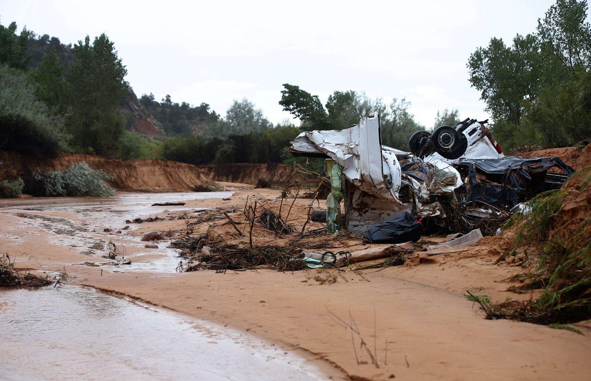 Vista de uno de los vehículos en donde viajaban las víctimas de la correntada. (Foto Prensa Libre: AFP).
