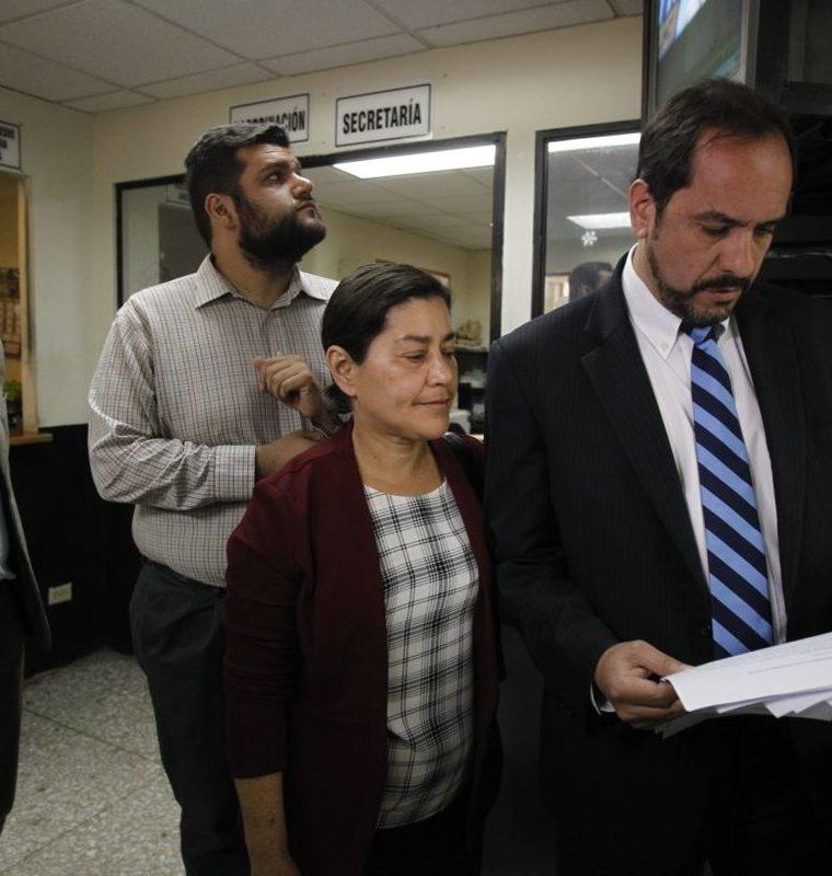 Los ciudadanos Eleonora Muralles, Alejandro Balsells, Gabriel Wer y Elvyn Díaz, pidieron que se le retire el derecho de antejuicio a Jimmy Morales. (Foto Prensa Libre: Paulo Raquec)