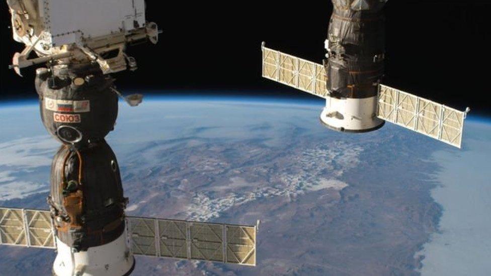 La nave Soyuz MS-09, izq., donde se detectó la fuga, fue usada en junio para transportar hasta la estación a tres astronautas. NASA
