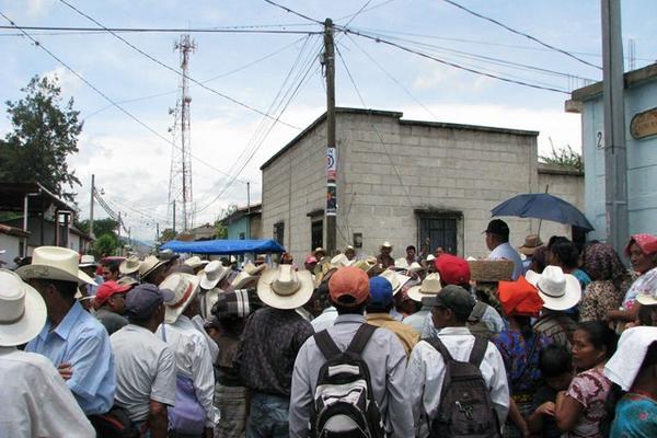 """Decenas de exPAC se reunen en Rabinal para recibir el resarcimiento del Gobierno. (Foto Prensa Libre: Carlos Grave)<br _mce_bogus=""""1""""/>"""
