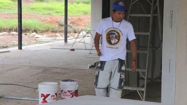 Los exguerrileros están utilizando los materiales que sobraron de la construcción de su albergue aquí para levantar el hotel.