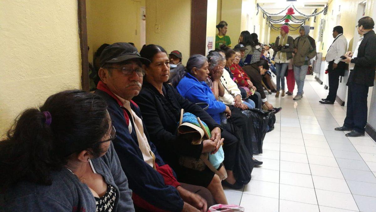 Después de casi cuatro meses de restricción en la consulta externa, los pasillos del lugar volvieron a lucir llenos. (Foto Prensa Libre: Érick Ávila)