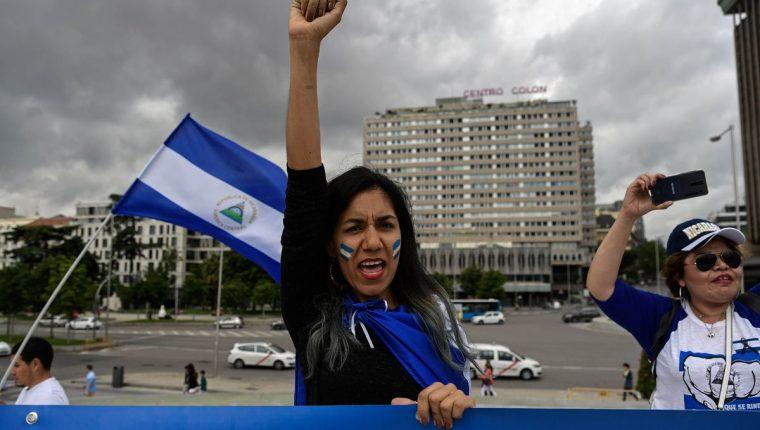 Personas asistieron a una manifestación para protestar contra la situación política en Nicaragua en la plaza Colón en Madrid. (Foto Prensa Libre: AFP)