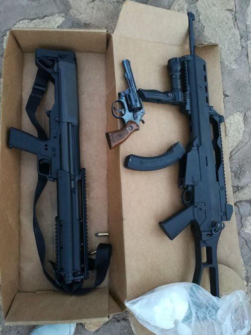 Dos fusiles fueron localizados por autoridades durante los allanamientos efectuados en Guatemala, Escuintla, El Progreso, Sacatepéquez, San Marcos y Retalhuleu. (Foto Prensa Libre: PNC)