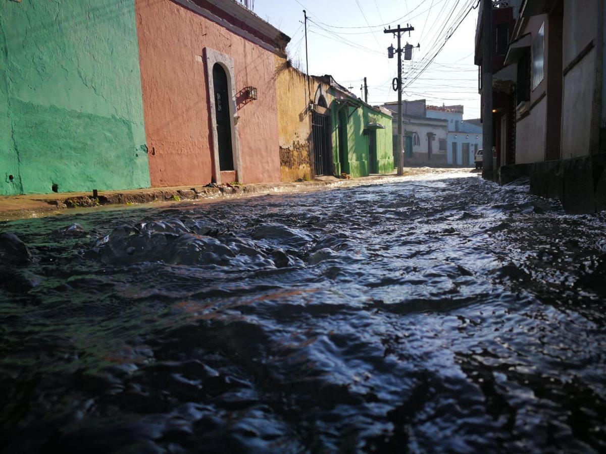 La Empresa Municipal Aguas de Xelajú asegura que el servicio de agua entubada en el barrio Las Siete Esquinas se reanudará a las 18 horas. (Foto Prensa Libre: Mynor Toc)