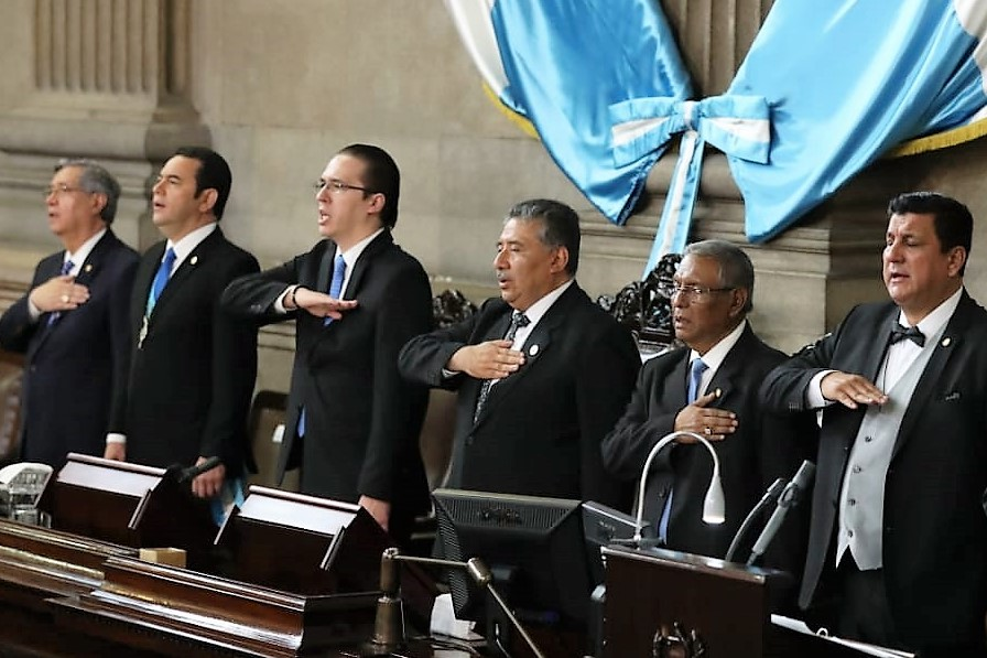 Jimmy Morales y Felipe Alejos pronuncian discursos de confrontación durante la sesión solemne por el aniversario de la Constitución. (Foto Prensa Libre: Esbin García)