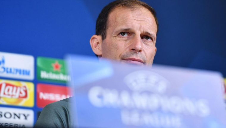 El técnico italino de la Juventus de Turín, Massimiliano Allegri, escucha las preguntas de los periodistas en la rueda de prensa. (Foto Prensa Libre: EFE)