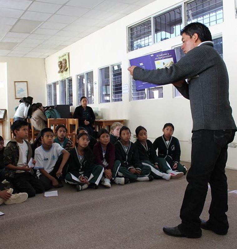 Édgar Chumil imparte charlas y talleres a estudiantes de diferentes centros educativos de Sololá. (Foto Prensa Libre: Ángel Julajuj)