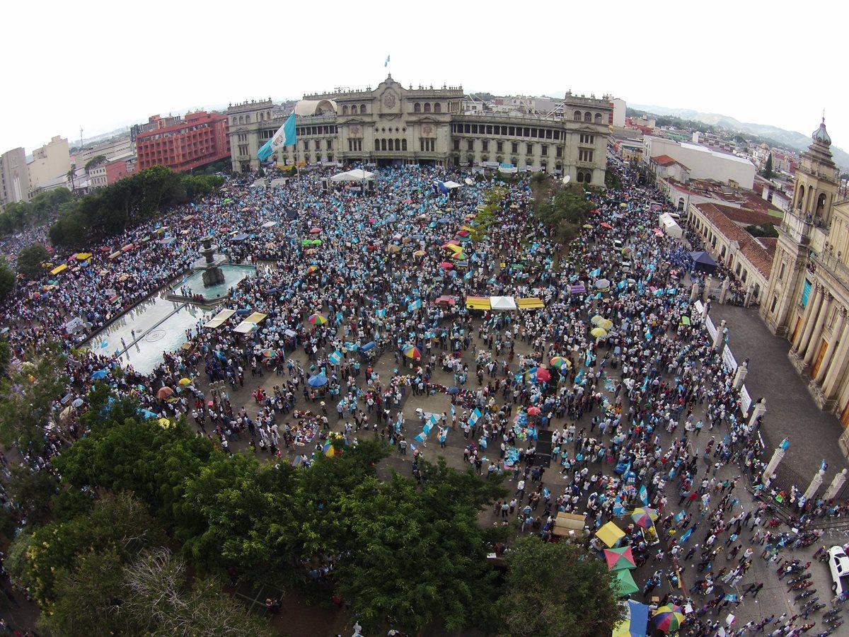 Durante el 2015 hubo manifestaciones masivas para demandar el cese de la corrupción y la impunidad, y la generación del desarrollo que sus ciudadanos merecen.  (Foto Prensa Libre: Hemeroteca)